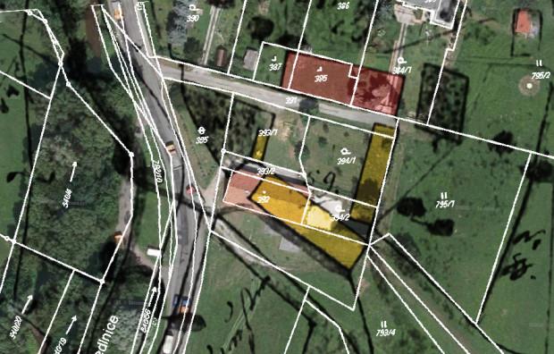 Přibližné umístění fojství č.p. 1. Letecký snímek s černými liniemi z indikačních skic a bílými z dnešního katastru. Barevně jsou vybarveny budovy dvora.